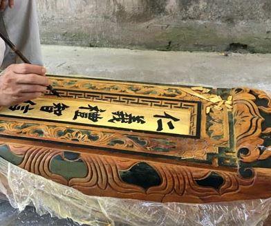 Bí mật về chữ trên nhà gỗ